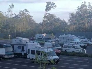 Arrawarra rest area is crowded with caravans